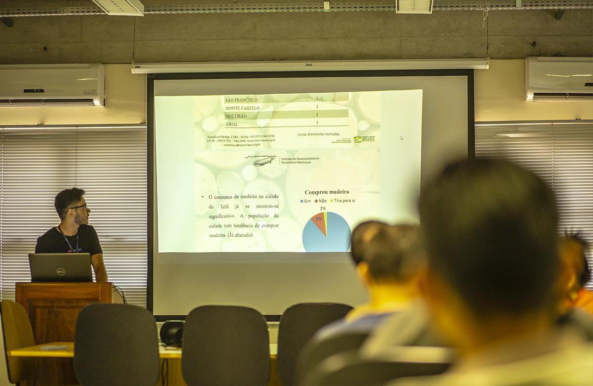 Estudantes de iniciação científica do Instituto Mamirauá apresentam resultados de pesquisa